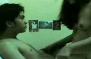 زن زیبا در ساق پوش تلاش می کند برای تحریک این قاتل سیاه و سفید و fucks در مقعد ممه سک