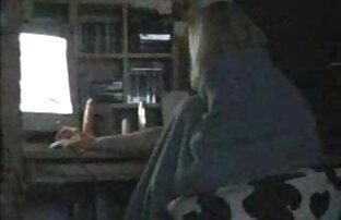 یک دختر جوان توسط تصاویری از یک مجله هیجان زده شده فیلم سوپر سینه بود