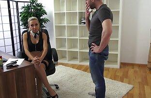 سکسی, زیبایی نشسته با مهبل (واژن) در سوپر پستان مرد طاس دهان