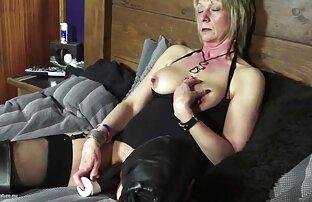 یک مرد برهنه نوک ممه سکسی در یک پیش بند قرار دادن یک خیار و یک خروس در یک گربه برای خدمتکار در الاغ و شروع به فاک