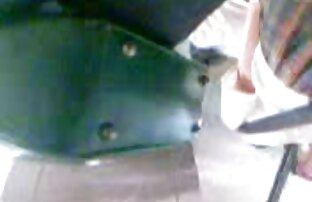 چاق, بلوند قرار می دهد یک وسیله ارتعاش و نوسان سکسپستان در clit و جلب بالا