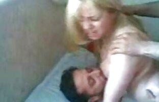 دو جوجه بزرگ بر روی تخت وجود دارد, برنامه نویس سينه خوردن سكسي لیسیدن یکدیگر عاشقانه, مالش بیدمشک خود را, لیسیدن یکدیگر, پس از آن یکی از آنها را در یک strapon قرار می دهد و fucks در دوست دختر سفت او سخت