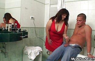 بانوی بالغ fucks در یک نوک ممه سکسی شبیه ساز با یک مربی پف کرده نوجوان