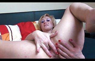 یک خانم بلوند نوجوان قرار می دهد در جوراب ساق بلند سیاه و سوپر پستان سفید و fucks در یک مقعد باریک